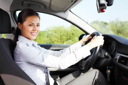 Kvinna i tjänstebil